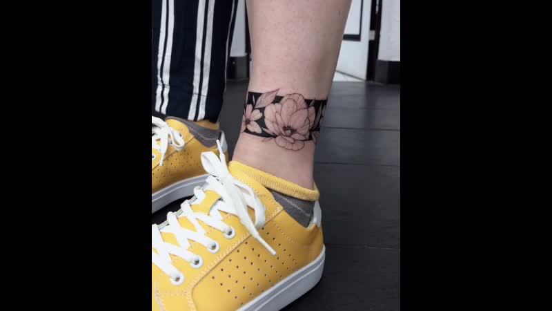 Перекрытие некачественной татуировки Браслет с цветами и блэкворком