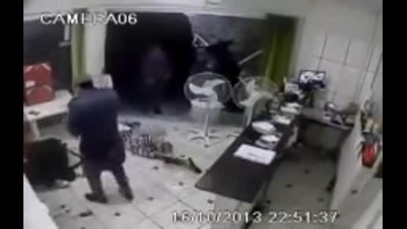 Полиция и грабители. Бразилия фавелы драка и стрельба