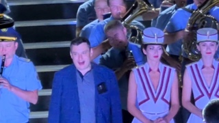 Человек похожий на депутата Госдумы от ЕР Хинштейна пьяный на сцене Фестиваля духовых оркестров.