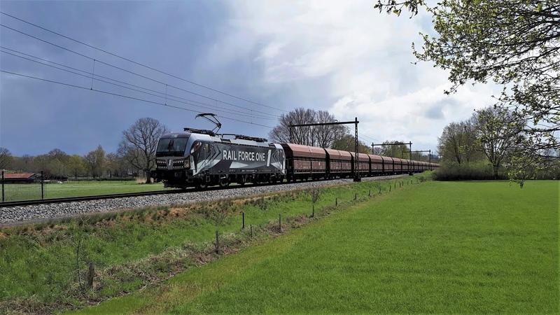 RFO 193 623 komt met een omgeleide kolentrein over het enkelspoor bij Diepenveen