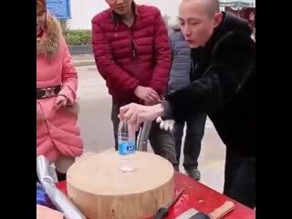 Ничего необычного, просто китайский уличный торговец демонстрирует характеристики своего товара.