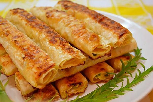 Трубочки из лаваша, начинённые вареным яйцом и тёртым сыром.