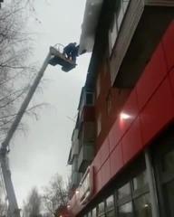 Сбили сосульку с крыши
