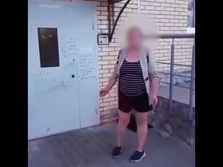 Яжемать пришла к дому своего бывшего с детьми и расписала дверь ругательствами