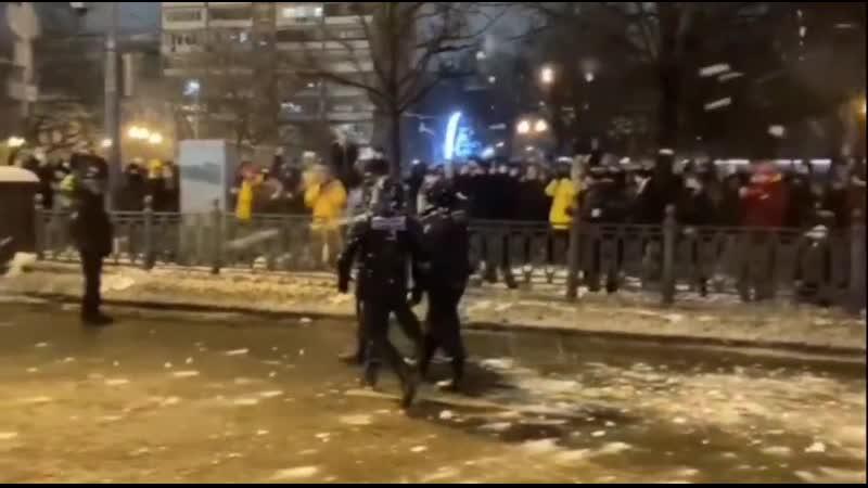 Митингующие кидают снег в ОМОН Митинг в Москве за Навального