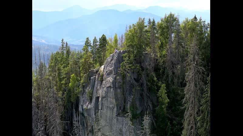 На вершине мира безопасный маршрут на отвесную скалу в Карпатах
