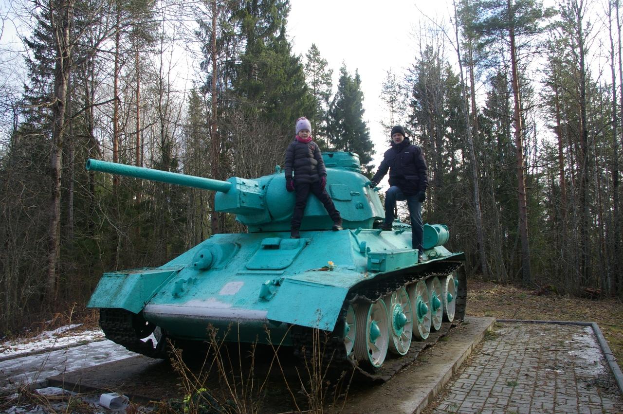 Олонецкий район Карелии. Финские укрепления в деревне Самбатукса. И танк, застывший на месте боя.