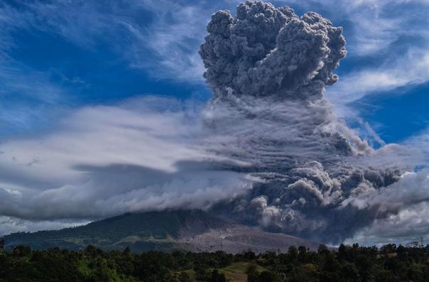 Столб пепла над стратовулканом Синабунг. Суматра, Индонезия. По данным местного вулканологического центра, его высота во время недавнего извержения достигала 5 км. Синабунг 400 лет находился в