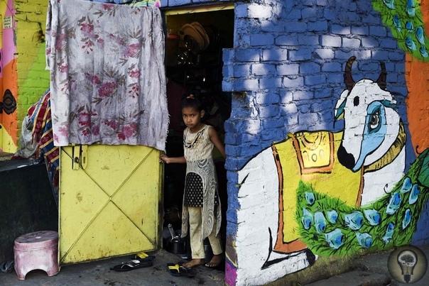 Стрит-арт в трущобах Нью-Дели, Индия.