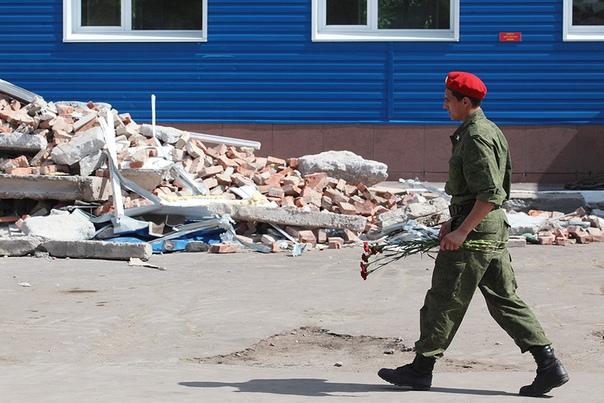Казарма из песка. Омск, 12 июля 2015 года. 11 июля 2015 года на территории 242-го учебного центра ВДВ в поселке Светлом под Омском было многолюдно. Новобранцы, прибывшие за месяц до этого из