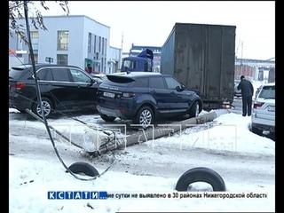 Столбовой бильярд - фура протаранила столб и уложила его точно между припаркованными автомобилями