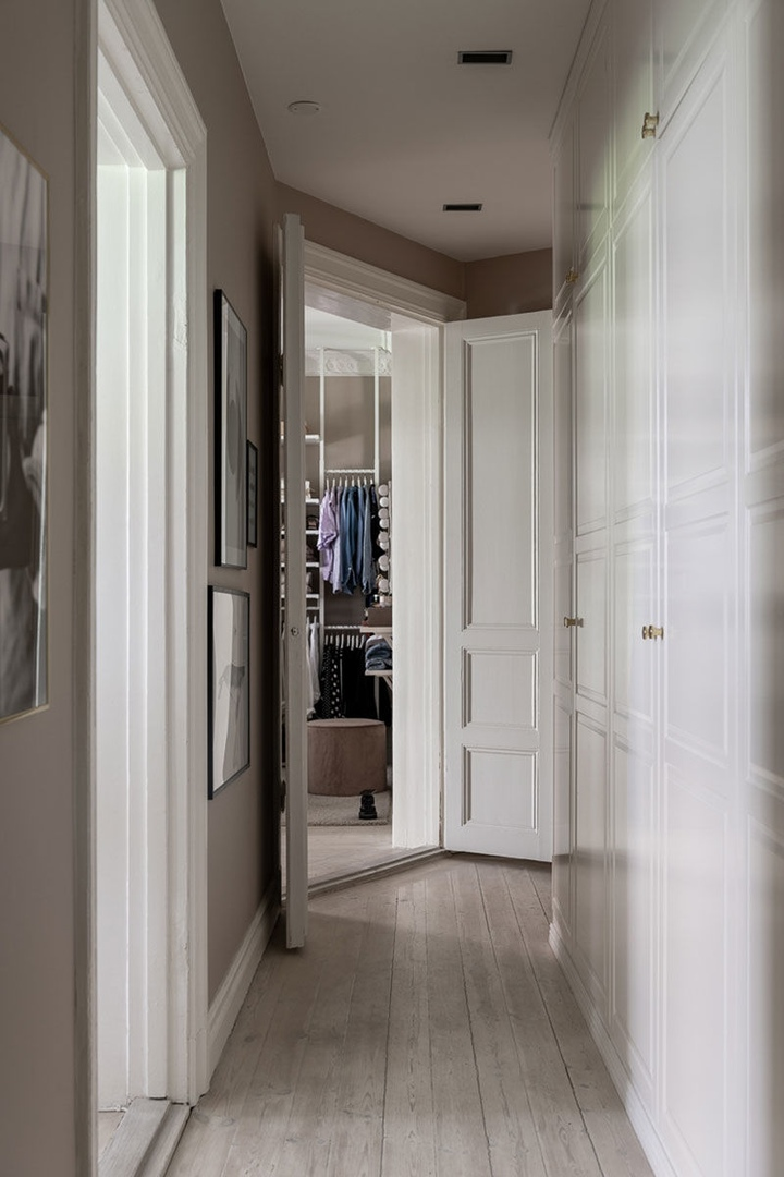 Стокгольмская бежево-серая квартира с окном в гардеробной (69 кв.