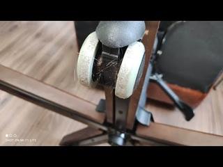 Заклинили колеса офисного кресла ► разбор роликов, чистка от волос, лайфаки