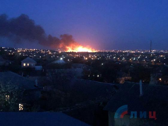 Жители Луганска публикуют фото огромного пожара в городе