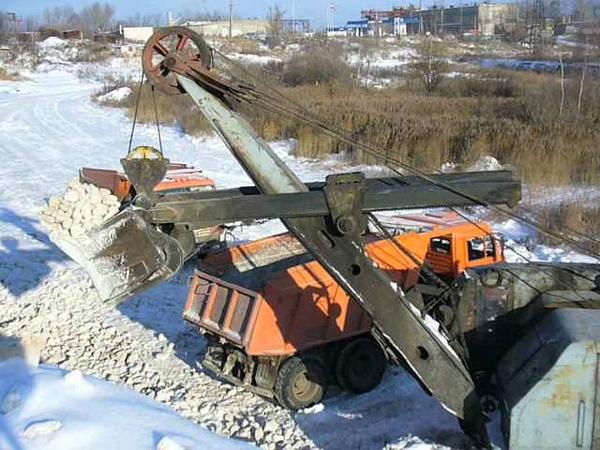 Old soviet cable front shovel EO 5111B loadin KamAZ dump trux TURBO