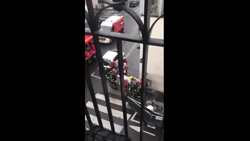 Мужик с мачете напал на парижских прохожих у старого здания редакции Charlie Hebdo (25 сентября 2020)