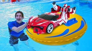 ТОБОТЫ соревнуются! Машинки и гонки у бассейна! Время быть героем - Роботы трансформеры в Аквапарке!