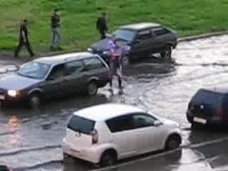Парень переносит двух девушек через затопленную улицу