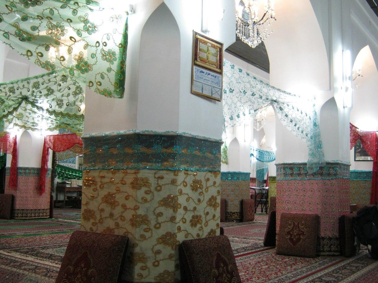 старинная мечеть в Бушере украшена как девушка