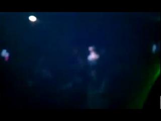 Песня Бейбит Коргана зажигает в ночном клубе Англии