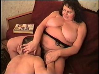 Русское порно со зрелыми. толстая зрелая тетка заставила парня лизать ей пизду