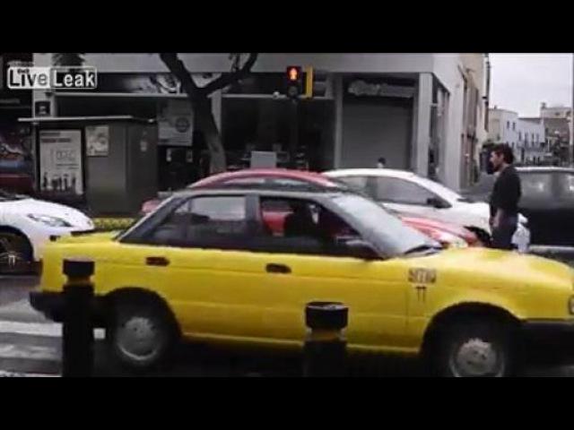Kırmızı ışıkta Yaya geçidini İhlal edenlere öyle bir ders verdi ki - Dailymotion video