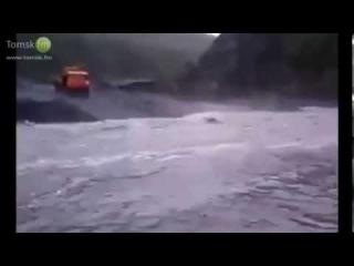 Камаз прёт через бурную реку. Это надо видеть!