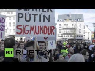 Исландия: Протестующие бросают яйца в парламенте над утечкой Панама Документы.