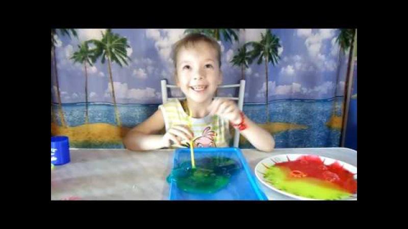 Варвара играет в слизюку и рисует прически на магнитном планшете