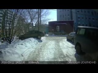 Девушка перепутала газ и тормоз( she confused the gas and brake)