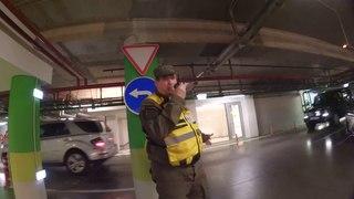 Неадекватный охранник бегает за людьми на парковке. ЧОП Серёга, Сокол, чёрный список.