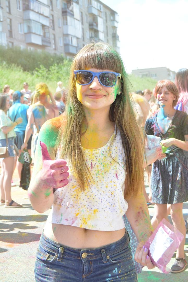 Одна из участниц «Фестиваль красок»