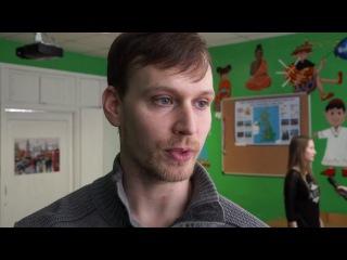 """. Защитник ХК """"Северсталь"""" Клей Уилсон побывал на уроке в череповецкой школе."""