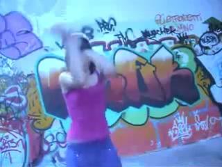 девушка шпарит тиктоник и хип-хоп
