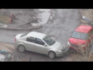 В Казани прохожий помог женщине выехать с парковки.