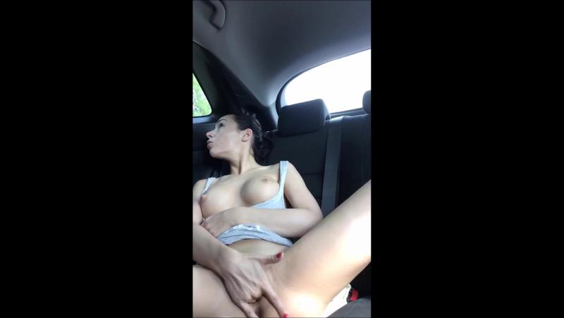 Русская телка в машине мастурбирует