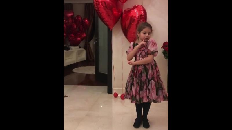 Дочка певицы Жасмин Маргарита поем песню