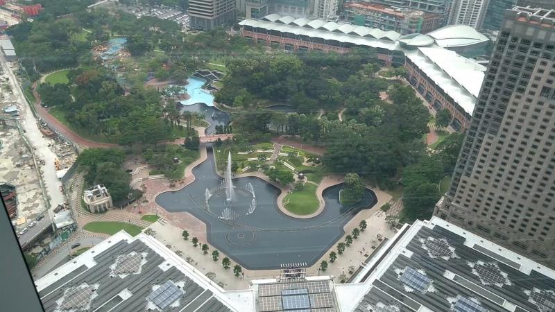 Малайзия Куала Лумпур Вид на город с крытого моста перехода между Башнями Петронас на высоте 170 метров