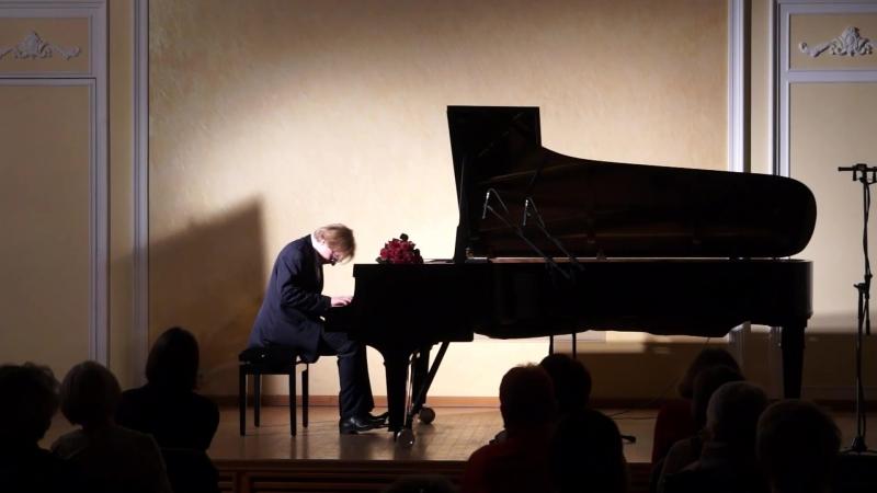 М. Турпанов исполняет произведение И. С. Баха