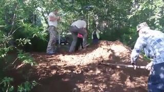 Дороги дачников завалили землей для проезда кортежа Медведева