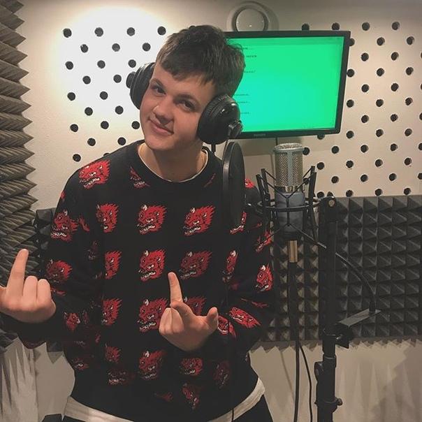 Макс Николаев: я не знаю что я хотел передать пальцами, для зрителей данной фотокарточки!