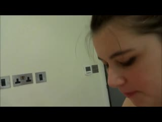 Девушка со спермой во рту после минета целует своего парня