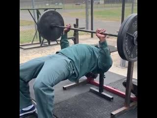 50 Cent жим штанги 100 кг 28 раз