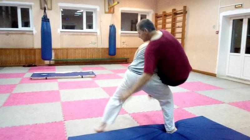 Тренировка по Ушу 11.09.18. Отработка бросков. Саша кидае Валеру выхватом ног в разноим.стойке