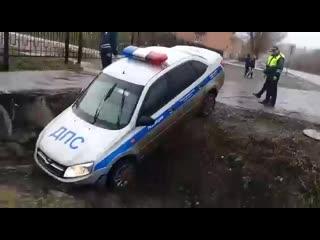 Вчера в Медногорске во время погони за копейкой (!), автомобиль ДПС попал прямиком в российскую действительность.Своими силами