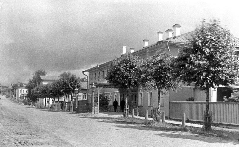 Дом губернатора, располагавшийся напротив особняка Левицкого. г. Вятка. Конец 1890-х — начало 1900-х