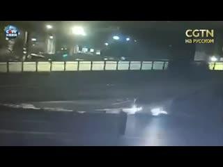 В Ханчжоу обрушился пешеходный мост. В это время под ним проезжал автомобиль
