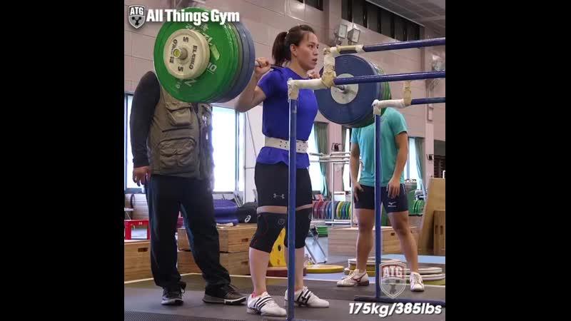 Тяжелоатлетка из Тайваня-Куо Хсинг Чун приседает 175 кг