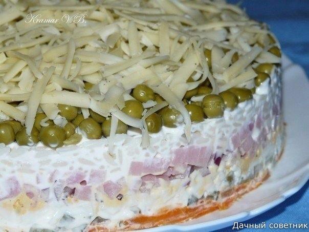 Нежный салатик с ветчиной и рисом Нам понадобится: вар.морковь (на тёрке) марин.огурец (кубиками) белок (на тёрке) желток (на тёрке)ветчина(кубиками)лук отвар. рис горошек сыр (на тёрке)Всё