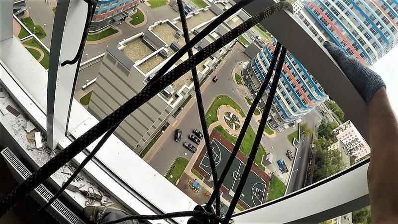 Видео с регистратора промышленного альпиниста / Демонтаж стеклопакетов алюминиевых окон